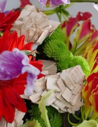 赤い花と木のチップのアレンジメント
