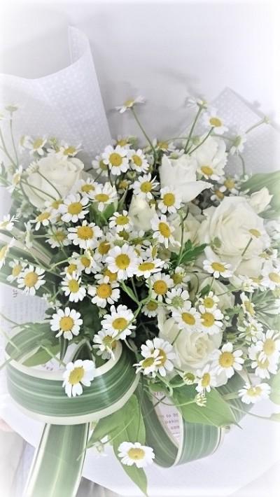 スプレーバラとマトリカリアの花束